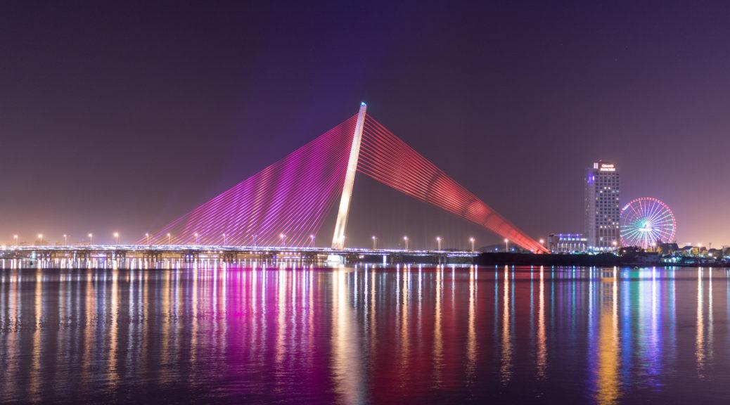 """Мостът """"Платноходка"""" с виенското колело в парковата зона на отсрещния бряг"""