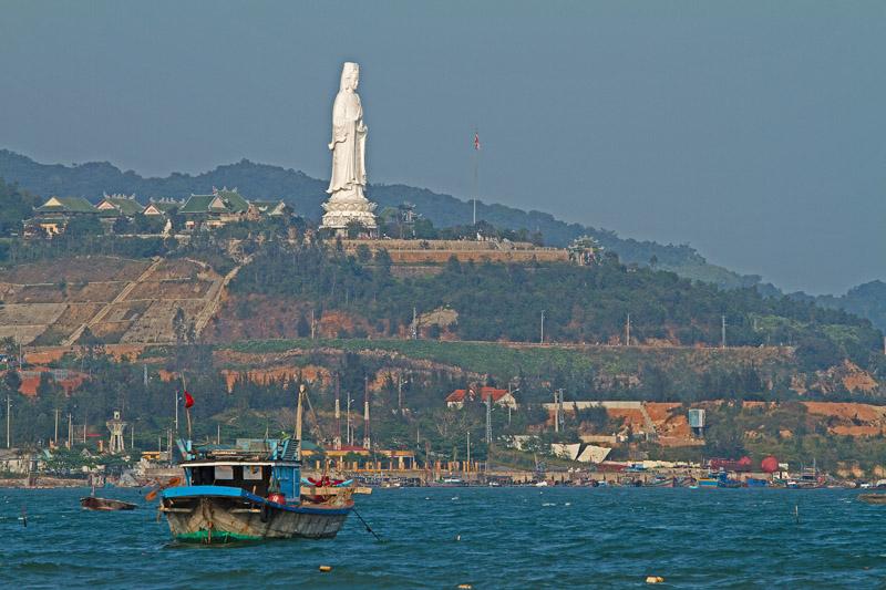 67-метровата статуя на Жената Буда или богинята Куан Ан са извисява над морето от храма Лин Уан
