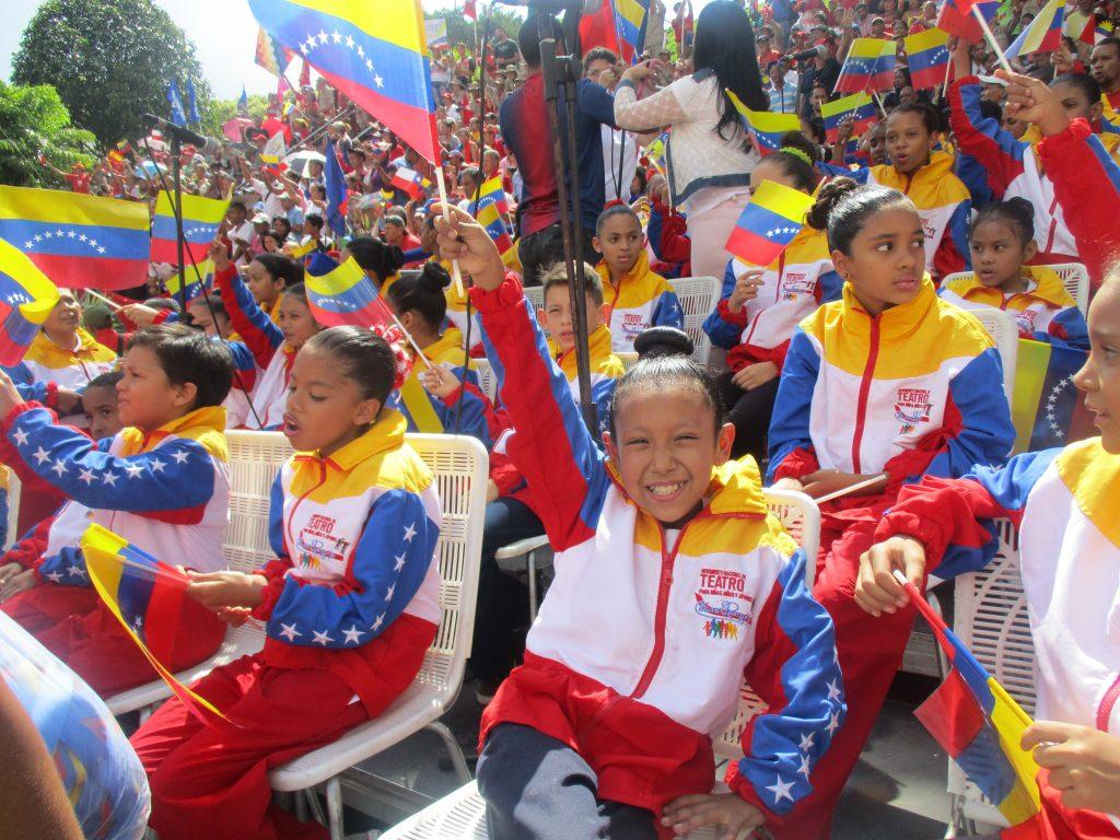 Младото поколение на Венесуела днес има широк достъп до различни форми за развитие на талантите и заложбите му. Ето тези ученици например са част от Националното театрално движение за деца и младежи. Снимка: Къдринка Къдринова