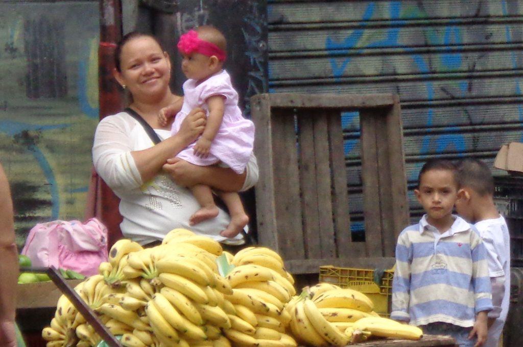 Усмивката не слиза от лицата на венесуелците. Тя е и първата комуникация с клиентите за тази млада майка и продавачка на банани в центъра на Каракас. Снимка: Къдринка Къдринова