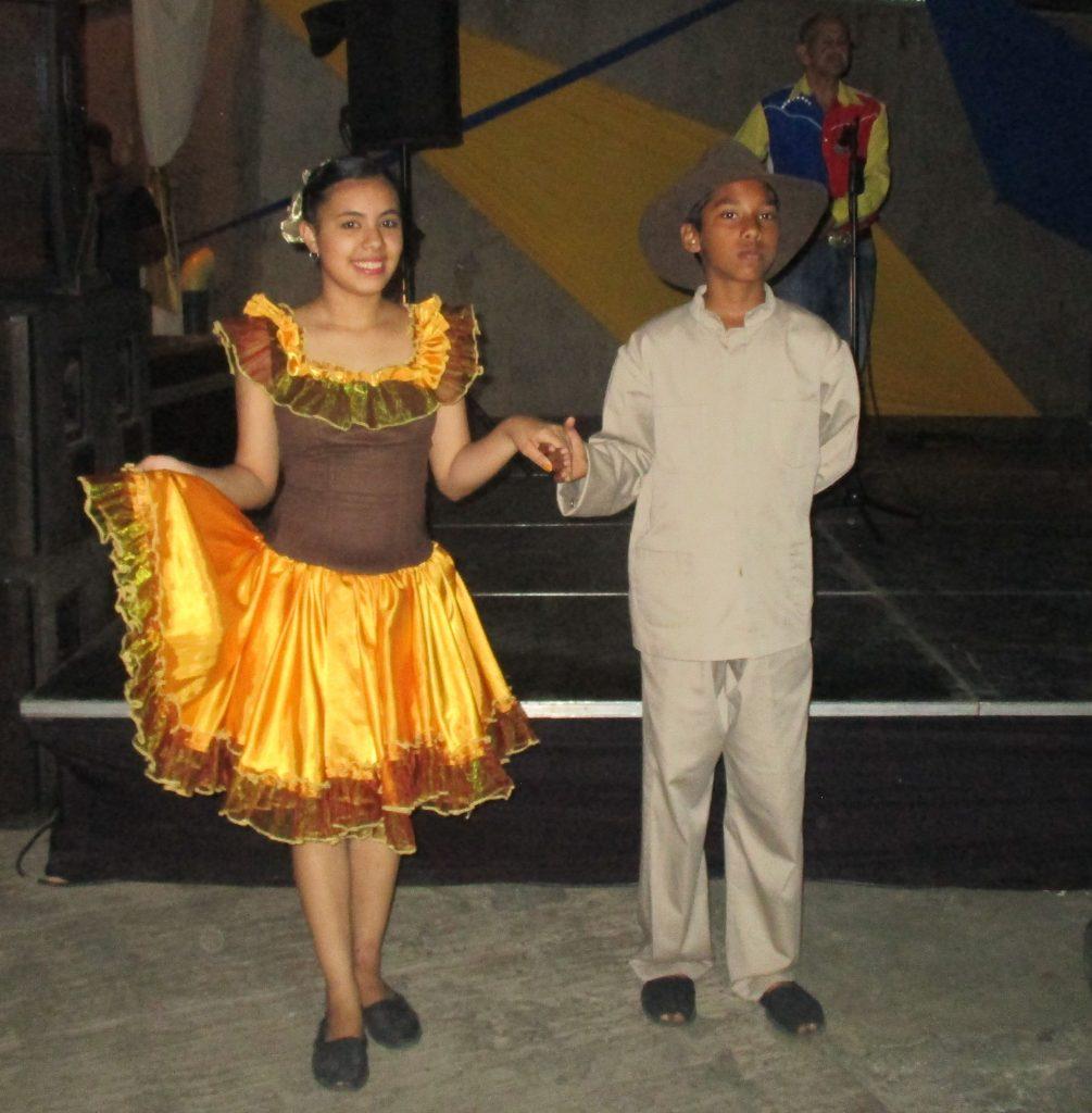 """Казват, че сърцето на венесуелеца тупти най-горещо в типичния национален ритъм хоропо, в така наречената música llanera (""""музика от долината""""). Опознахме тези песни и танци в изпълнение на група млади самодейци във """"Фуерте Тюна"""". Снимка: Къдринка Къдринова"""