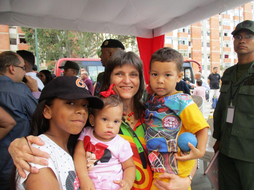 На фиестата беше пълно с деца и прегръдката с няколко от тях ми остана като най-топъл спомен от този празник. Снимка: Виктор Простов