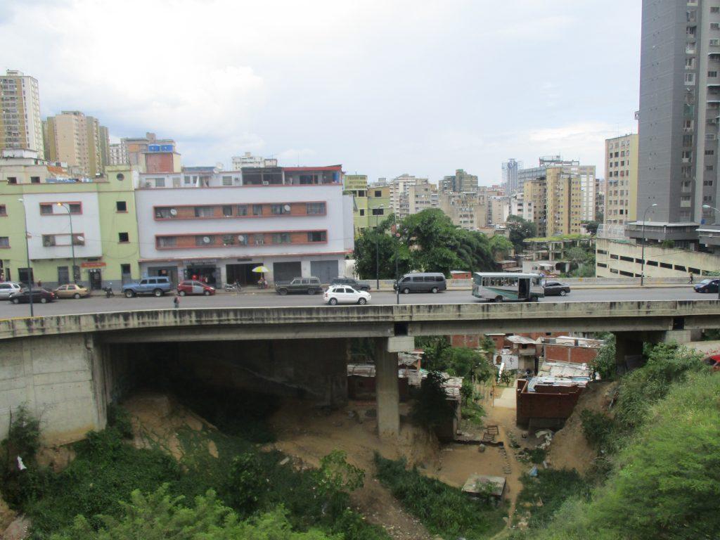 Вижте един мост в столицата Каракас, под който все още са останали бедняшки съборетини. Когато човек е тръгнал оттук, той добре може да оцени извършваните в страната промени. Снимка: Къдринка Къдринова