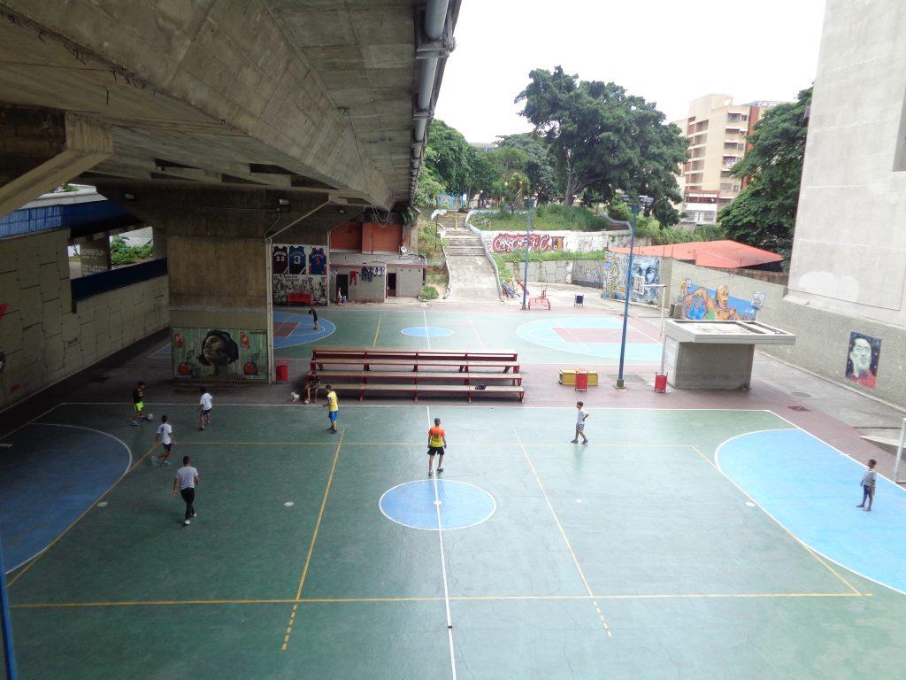 Ето и друг мост пак в Каракас–пространството под него вече е превърнато в спортна площадка, а наоколо има нови блокове и градинки. Снимка: Къдринка Къдринова
