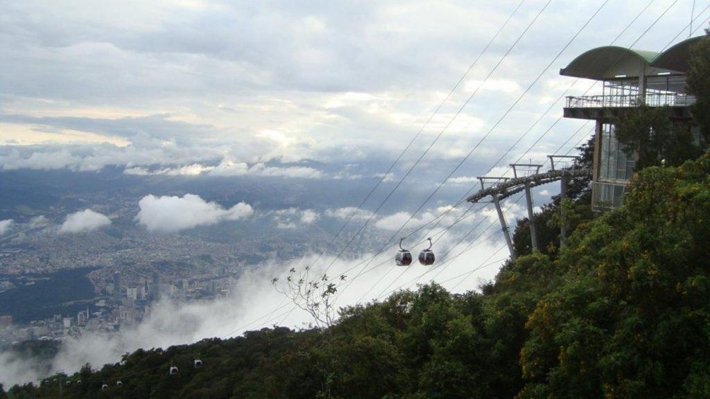 Извисяващата се над Каракас 2300-метрова планина Уарайра Репано е национален парк и до върха ѝ може да се стигне и с лифт. Снимка: Къдринка Къдринова