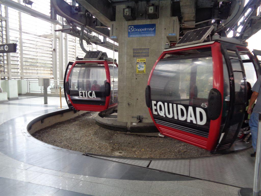 """Всяка от лифтовите кабинки си има собствено име–това е или име на венесуелски щат, или дума, означаваща морална ценност. На тези кабинки например е написано """"Етика"""" и """"Равнопоставеност"""". Снимка: Къдринка Къдринова"""