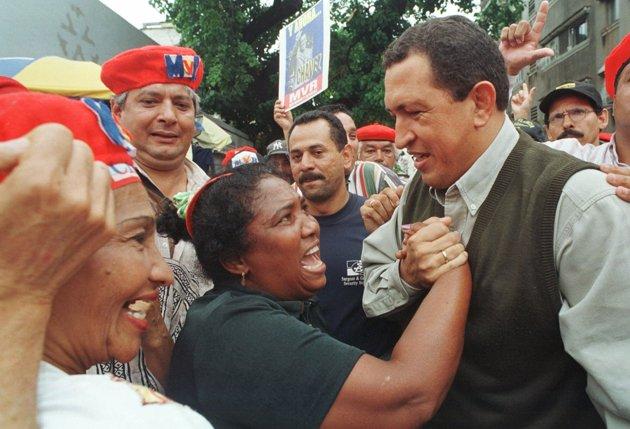Уго Чавес печели изборите през 1998 г. с обещания, че ще извади народа от нищетата.