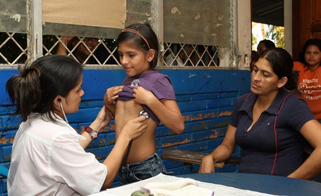 Кубински лекари отиват във венесуелските народни квартали.