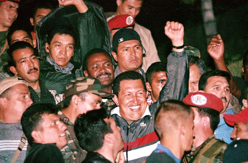 """Античависткият опит за преврат през 2002 г. е провален и Чавес триумфално се връща в президентския дворец """"Мирафлорес""""."""