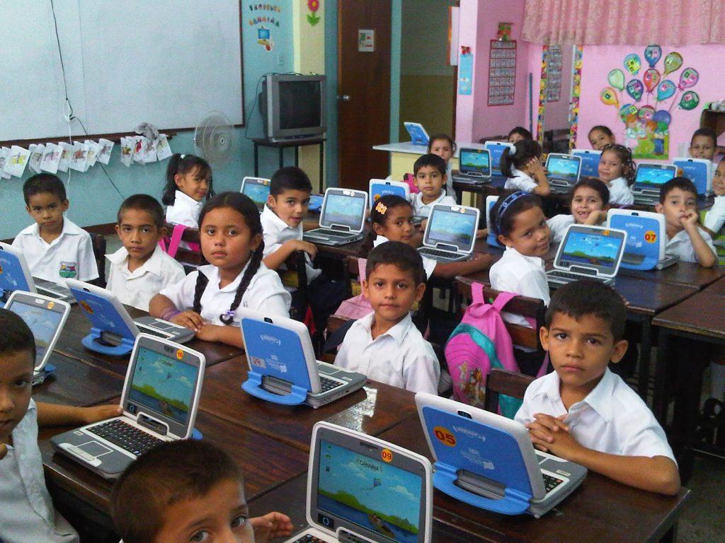 От 2008 г. стартира и програмата за обучение с олекотени портативни компютри Canaima, които държавата осигурява безплатно за всички образователни степени.