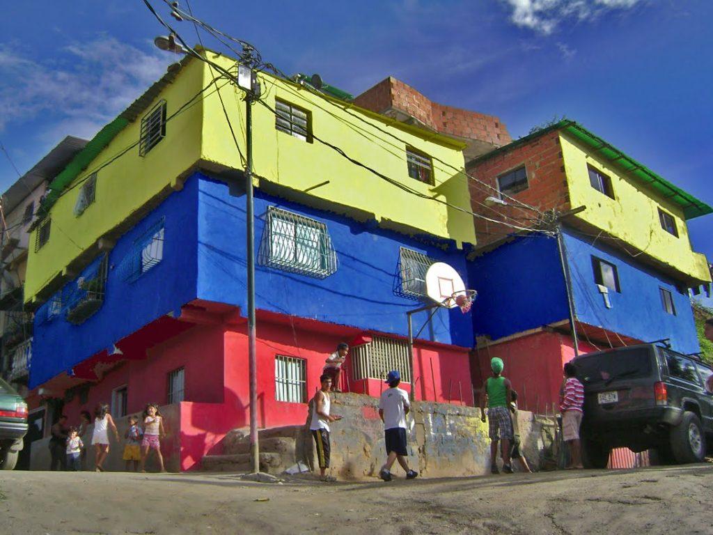 """Жълто, синьо и червено–цветовете на националния флаг–доминират в ремонтираните жилища от мисията """"Нов квартал трикольор"""""""