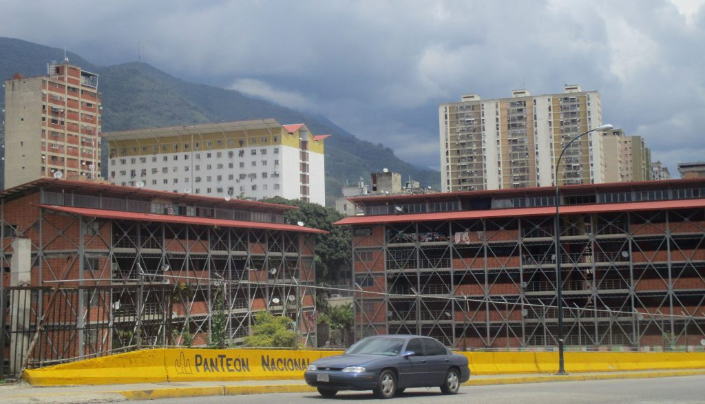 """На преден план се виждат два блока по Мисия """"Жилище"""" в квартал """"Либертадор"""" в Каракас. Снимка: Къдринка Къдринова"""
