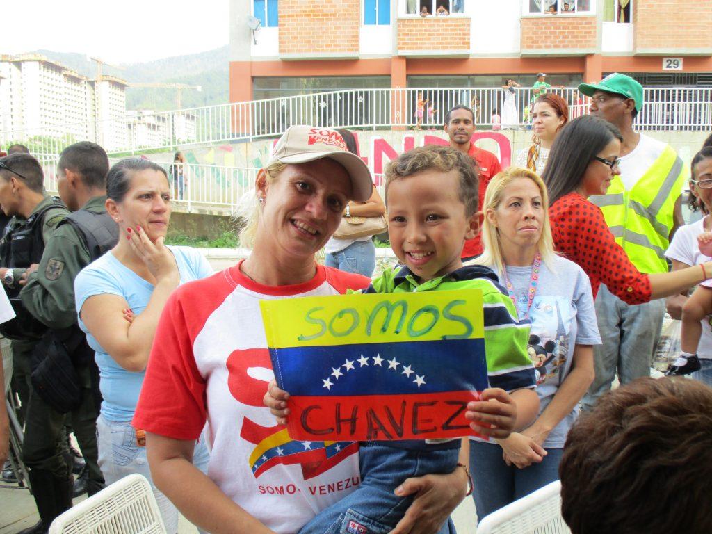 """Момченцето държи венесуелско знаменце с надпис """"Ние сме Чавес"""". Снимка: Къдринка Къдринова"""