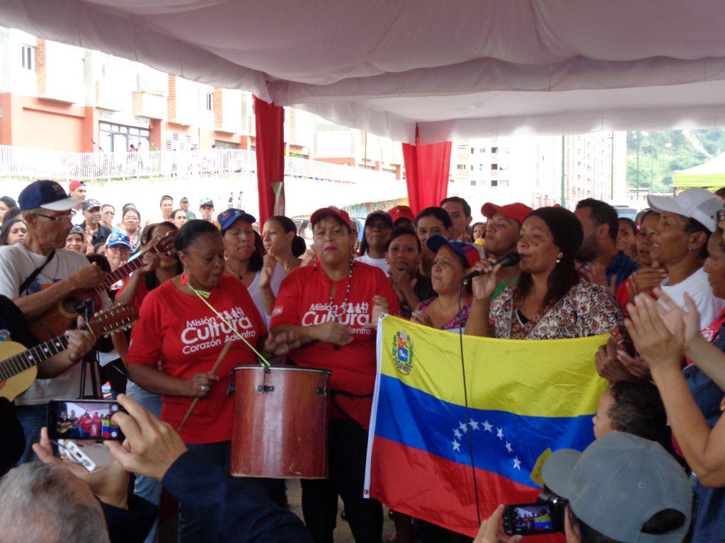 """С песента """"Да живее любимата ни Венесуела!"""" тази самодейна вокално-инструментална група включи в танците всички чуждестранни делегати. Снимка: Къдринка Къдринова"""