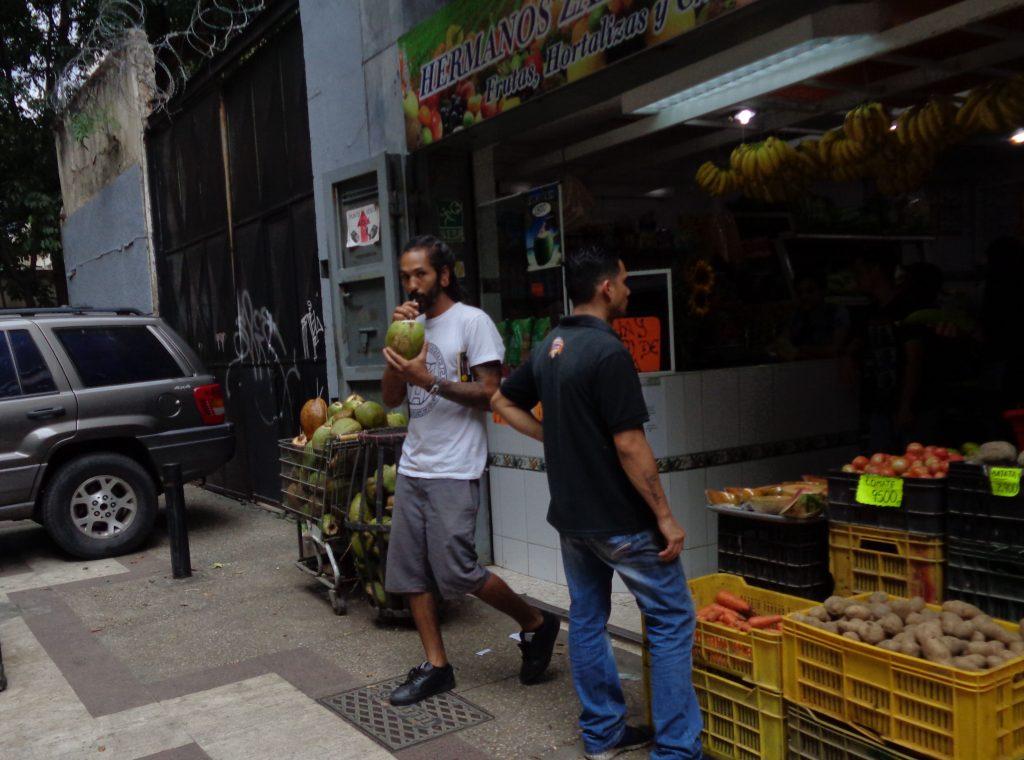 Момчето, което излиза от този магазин, смуче със сламка сок от кокосов орех. Снимка: Къдринка Къдринова