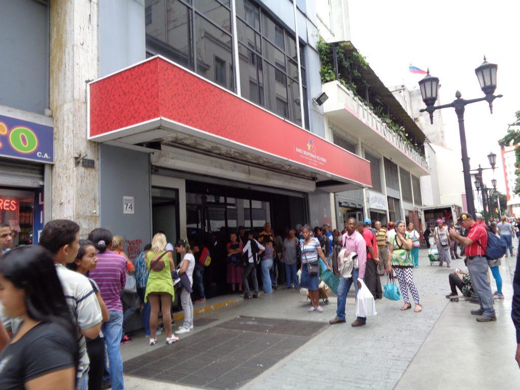 """Опашка пред една от банките в централния район """"Либертадор"""" за теглене на пари в брой. Снимка. Къдринка Къдринова"""