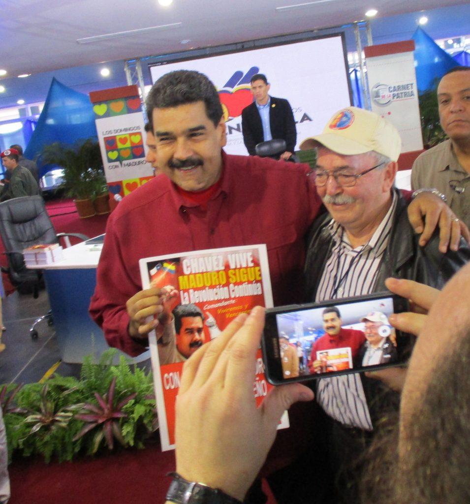 Делегат от Чили подари на Мадуро плакат, издаден от чилийска организация за солидарност с Венесуела. Снимка: Къдринка Къдринова