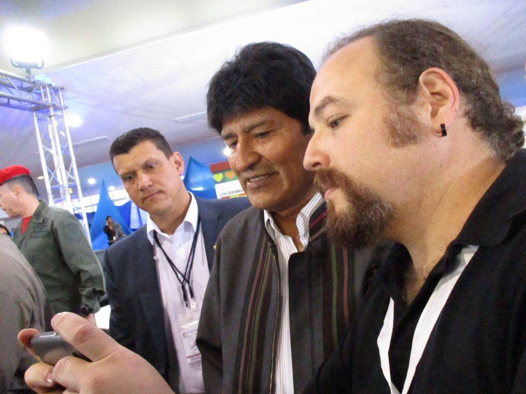 Чуждестранните гости се надпреварваха за селфита с Ево Моралес. Снимка: Къдринка Къдринова