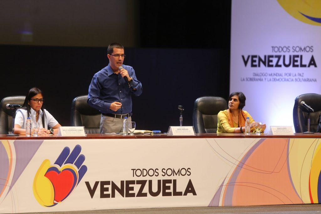 """Външният министър на Венесуела Хорхе Ареаса откри форума """"Всички сме Венесуела"""" с пламенни слова за международната солидарност."""