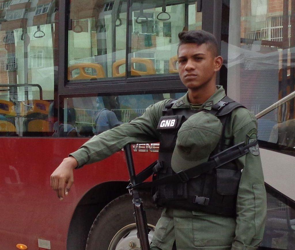 Това младо войниче от охраната на нашите автобуси ни разказа за преживяното по време на драматичните сцени с улично насилие между април и яли 2017 г. Снимка: Къдринка Къдринова