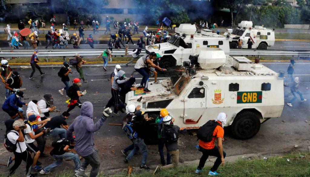 Демонстранти атакуват коли на Боливарската национална гвардия през май 2017 г.