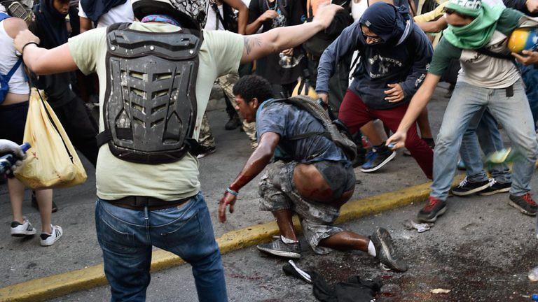 "Демонстранти на площад ""Алтамира"" на 20 май 2017 г. първо пребиха Орландо Фигерас..."