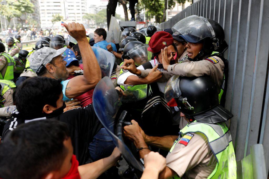 """""""Мирни демонстранти"""" се опитват да линчуват група полицаи и полицайки през април 2017-та"""