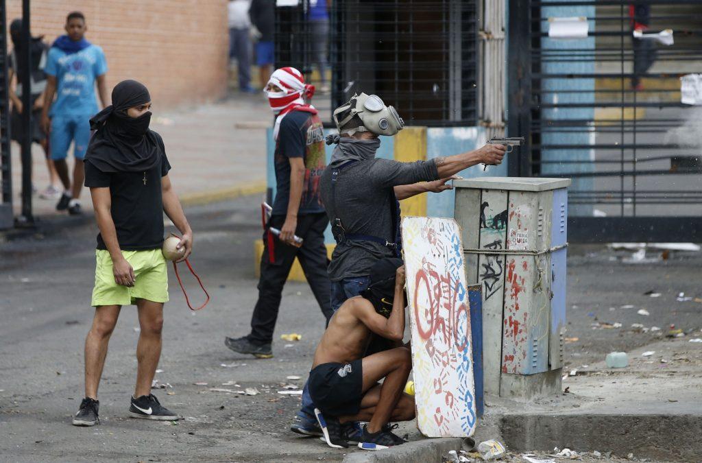 "Тук пък друг ""мирен демонстрант"" направо се цели с пистолет в служители на реда по време на ""протести"""