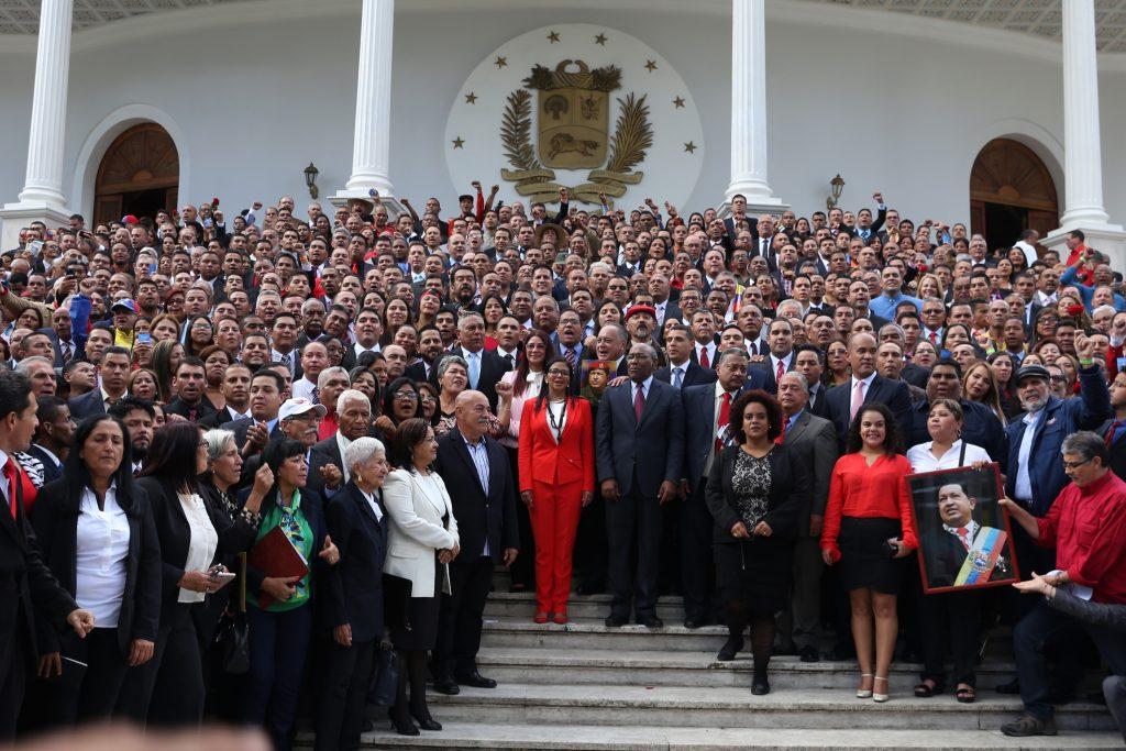 Националното конституционно събрание, председателствано от Делси Родригес, която тук е в червен костюм с панталон, заработи в сградата на Федералния законодателен дворец в Каракас