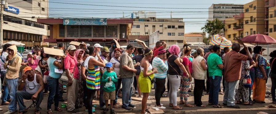 Опашките за субсидирани продукти продължават да са всекидневие във Венесуела и опозицията не пропуска да използва това срещу правителството.