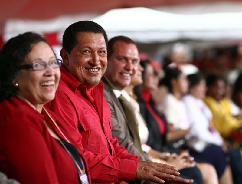 Архивен кадър, на който Мария Леон (крайната вляво) е редом до Уго Чавес