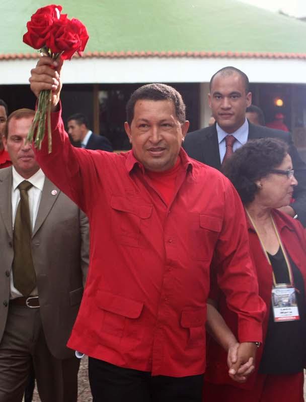 Тук Чавес и Мария Леон вървят ръка за ръка