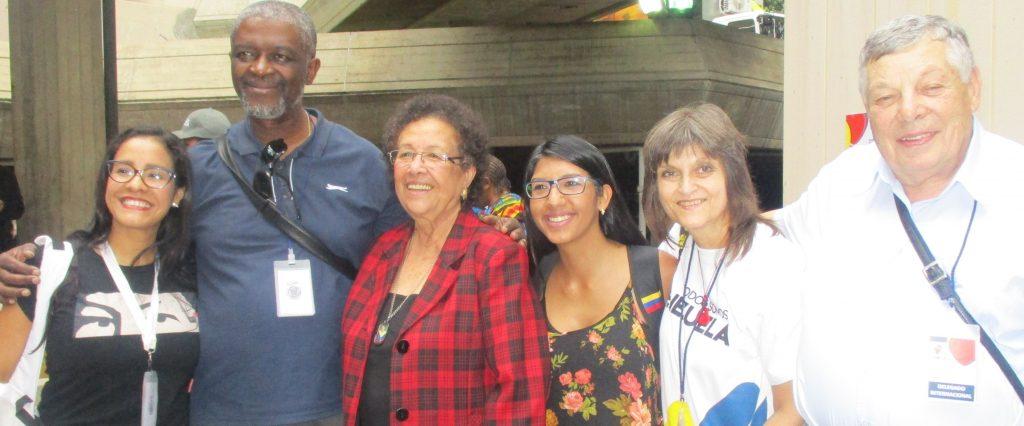 """Роланд Лумумба заедно с """"Лъвицата на Чавес"""" Мария Леон, с венесуелски момичета и с делегатите от България. Снимка: Дубраска Ернандес"""