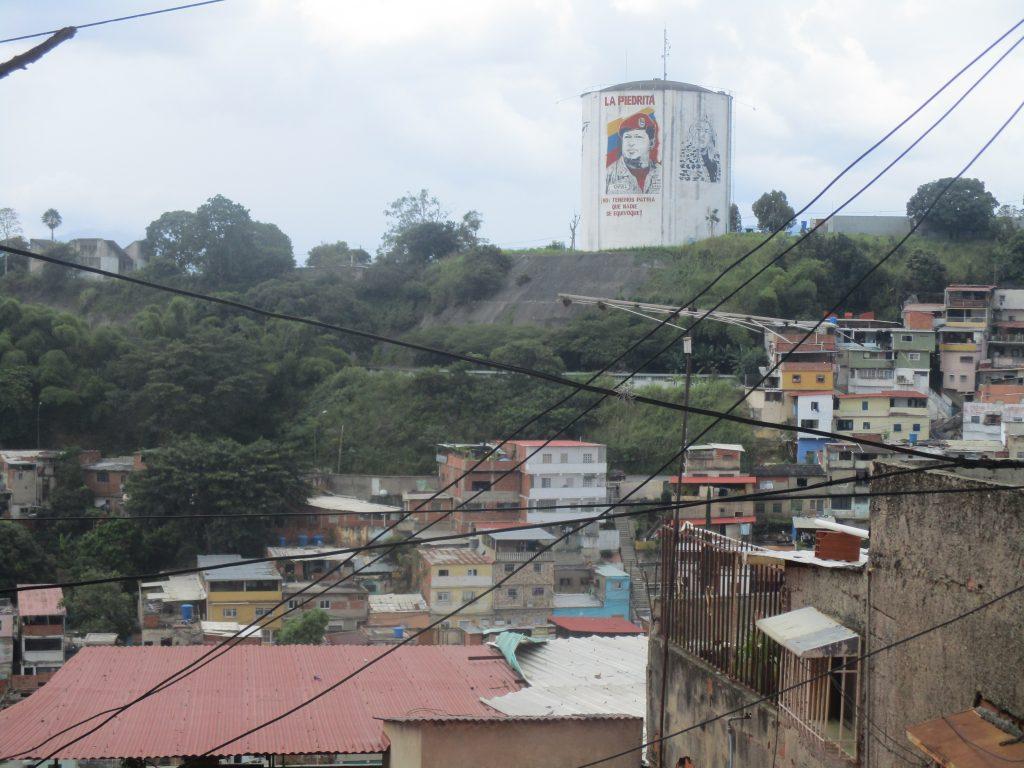 """Ликът на Уго Чавес се извисява на хълм в квартал """"23 януари"""" в Каракас. Снимка: Къдринка Къдринова"""