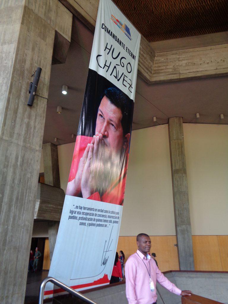 """Голям постер с лика на покойния президент посреща във фоайето на театъра """"Тереса Кареньо"""". Снимка: Къдринка Къдринова"""