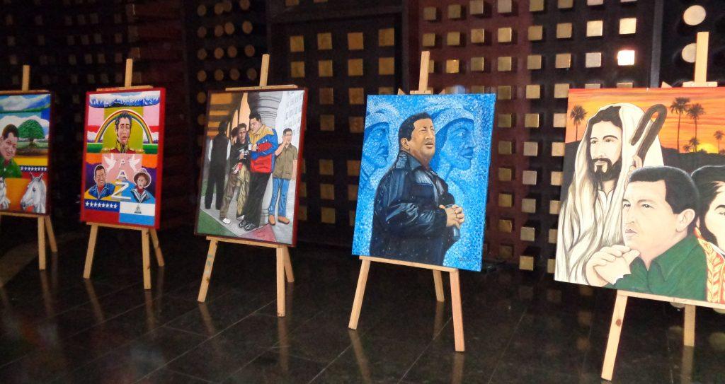 Галерия с картини, изобразяващи Чавес, до рецепцията в един от хотелите в Каракас. Снимка: Къдринка Къдринова