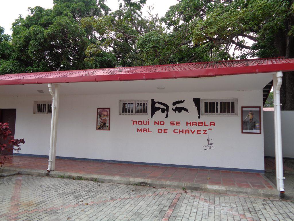 """Погледът на Чавес наднича и от постройка във """"Фуерте Тюна"""". Има и надпис: """"Тук не се говори лошо за Чавес"""". Плюс портрети на покойния президент и на Освободителя Симон Боливар. Снимка: Къдринка Къдринова"""