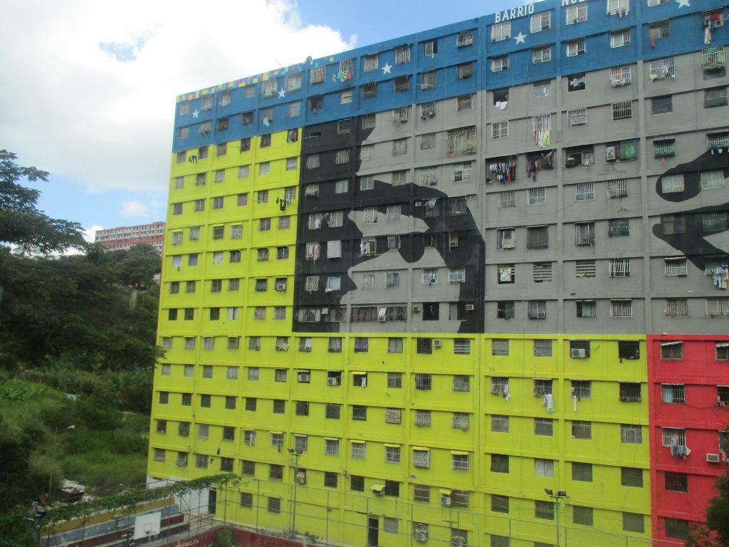 """Погледът на Чавес е заел голяма част от фасадата на блок, саниран по мисията """"Нов квартал трикольор"""". Снимка: Къдринка Къдринова"""