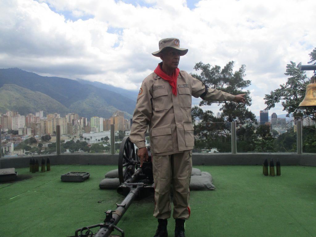 Това оръдие всяка вечер гърми в памет Чавес и екотът отеква в разположение в подножието на хълма Каракас. Снимка: Къдринка Къдринова