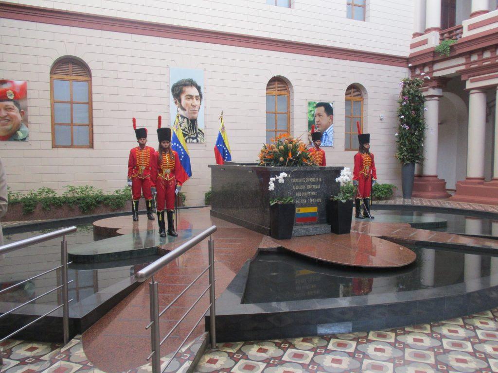 Край саркофага на Чавес стои почетен караул от гвардейци и гвардейки в хусарски униформи. Снимка: Къдринка Къдринова