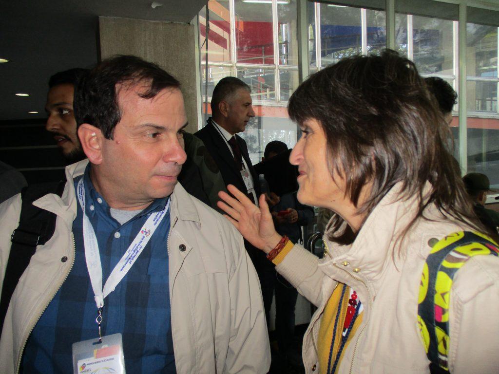 Председателят на кубинския Институт за дружба между народите Фернандо Гонсалес в разговор с авторката. Снимка: Виктор Простов
