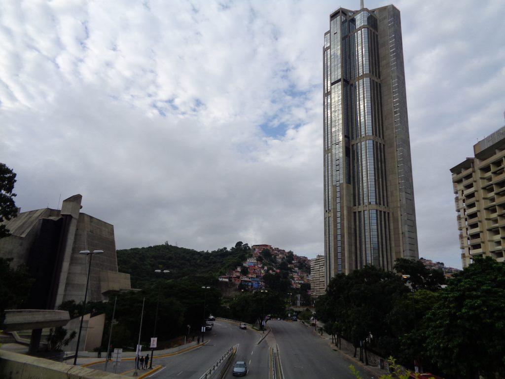 """Контрастите на венесуелската действителност съседстват с театъра """"Тереса Кареньо"""", част от чиято сграда се вижда вляво. В дълбочина се вижда хълм, от който започва един от народните квартали–Сан Агустин. А отдясно е един от двата небостъргачи близнаци в Каракас, които до не тъй отдавна бяха най-високите в Латинска Америка. Снимка: Къдринка Къдринова"""