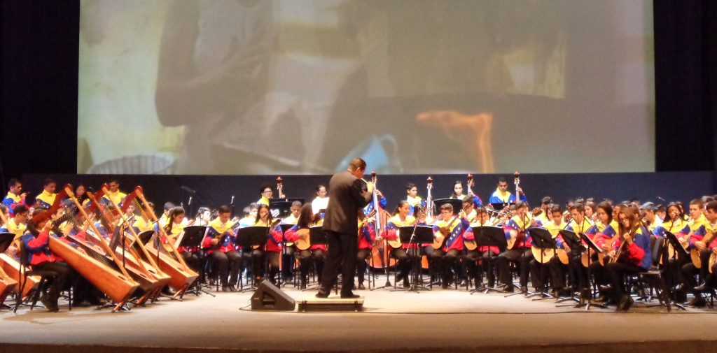 """Изпълнение на младежкия оркестър Alma llanera (""""Душата на долината"""") при откриването на форума """"Всички сме Венесуела"""". Снимка: Къдринка Къдринова"""