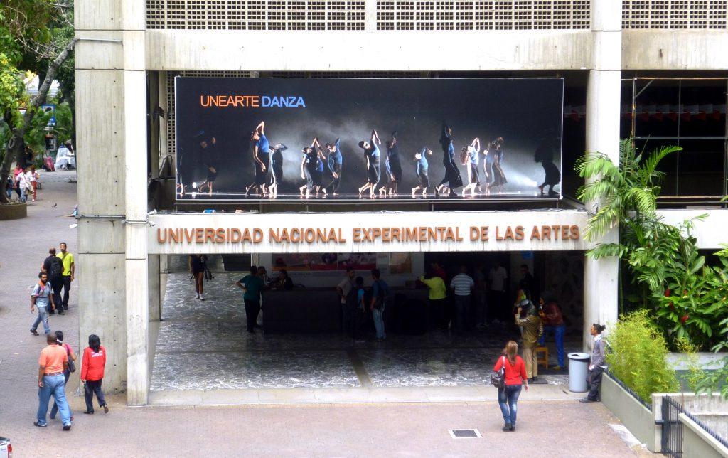 """Националният екстериментален университет по изкуствата в Каракас е по съседства с театъра """"Тереса Кареньо""""."""