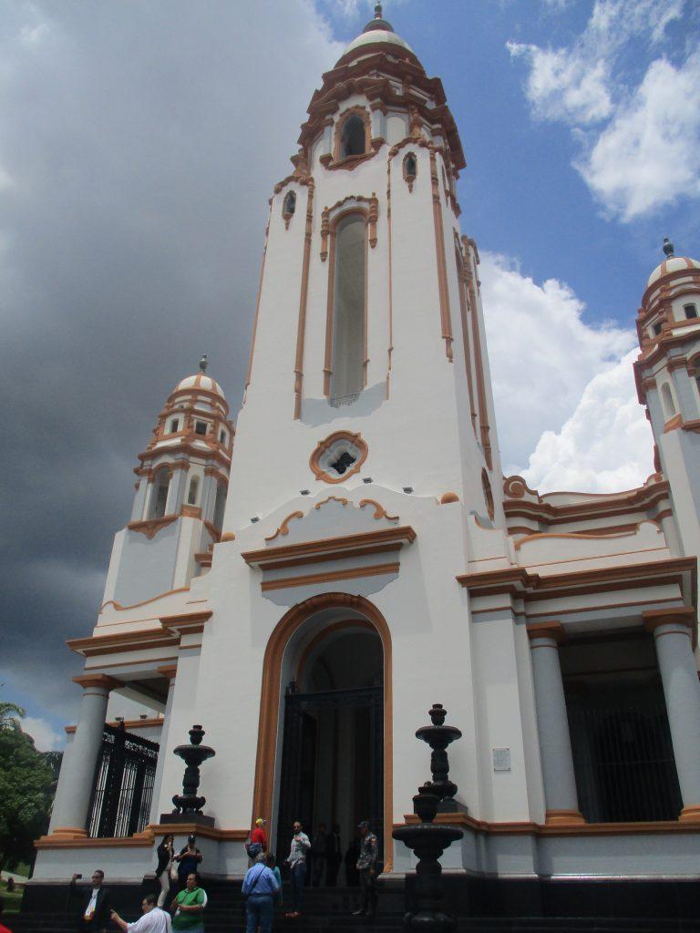 Пантеонът наподобява църква. И всъщност сградата наистина е възстановка на съществувалата на това място църква на Светата Троица, унищожена през 1812 г. от земетресение. Снимка: Къдринка Къдринова
