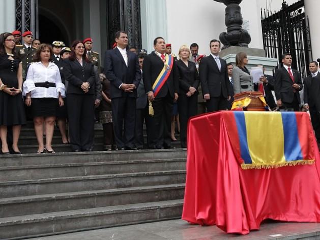 През 2010 г. президентите на Венесуела и Еквадор Уго Чавес и Рафаел Кореа полагат в Пантеона в Каракас и символичните останки на родената в Кито любима и съратничка на Боливар–Мануела Саенс