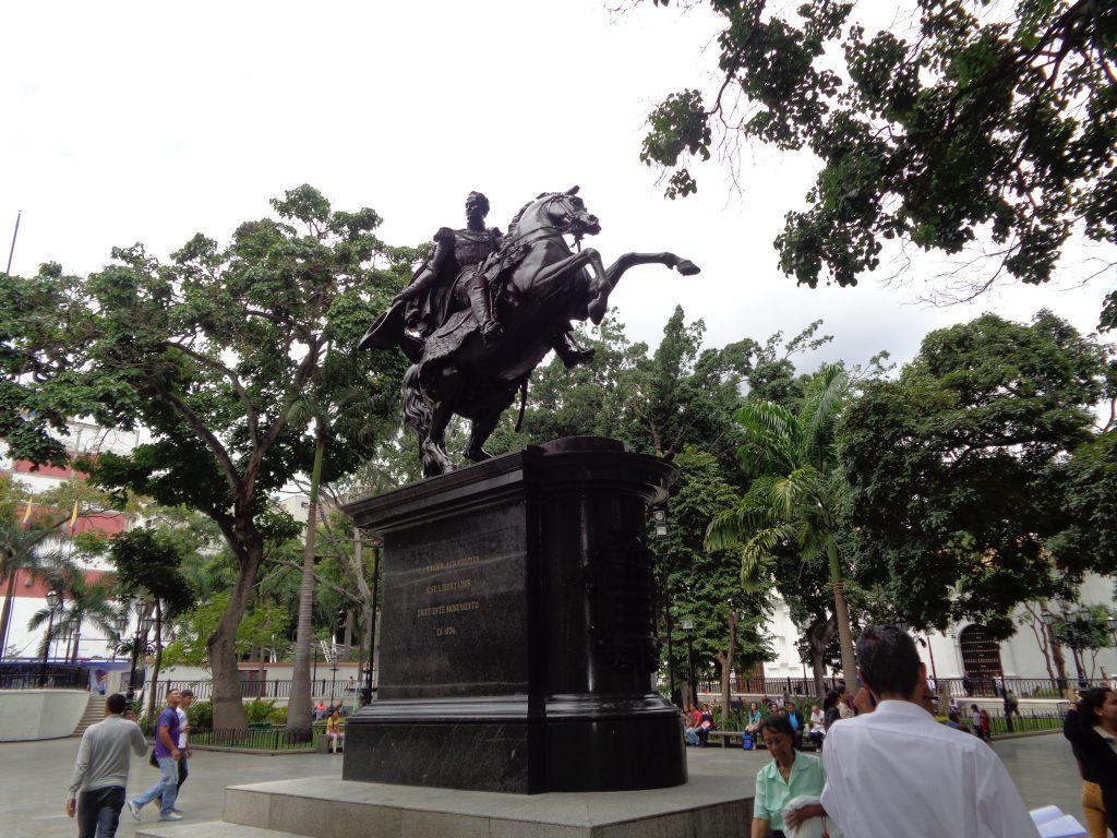 """Паметникът на Симон Боливар, разположен в красива градинка в средата на площад """"Боливар"""". Снимка: Къдринка Къдринова"""