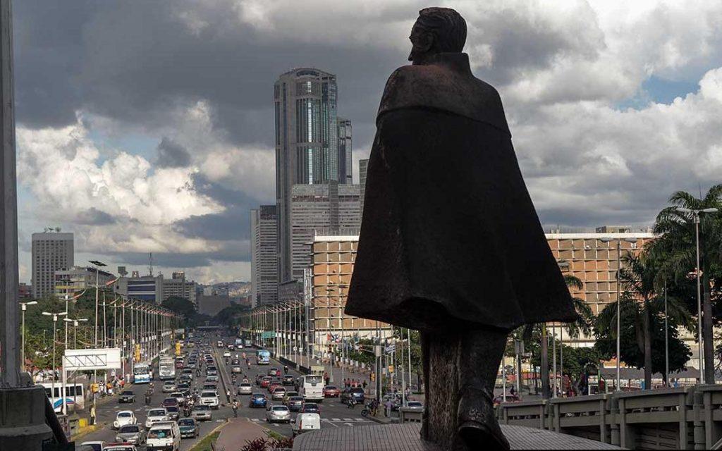 """Друг паметник на Освободителя, на който той е изобразен цивилен, се извисява на обширния булевард """"Боливар"""", на който обикновено се събират най-масовите чавистки митинги."""