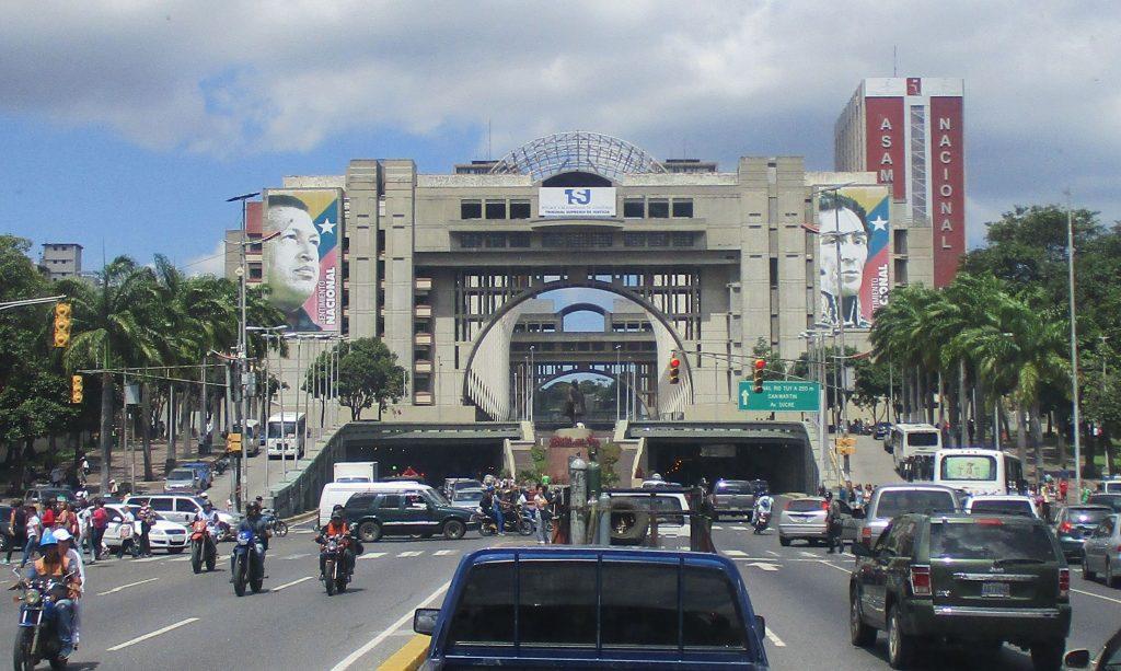 Паметникът е вписан в арката на необичаен архитектурен комплекс, който прегражда булеварда и в който се намира Дворецът на правосъдието. Снимка: Къдринка Къдринова