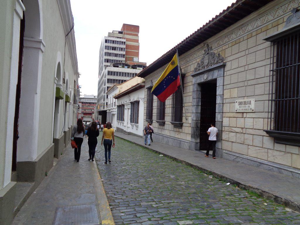 Сградата с венесуелското знаме е родната къща на Боливар, превърната днес в музей. Снимка: Къдринка Къдринова